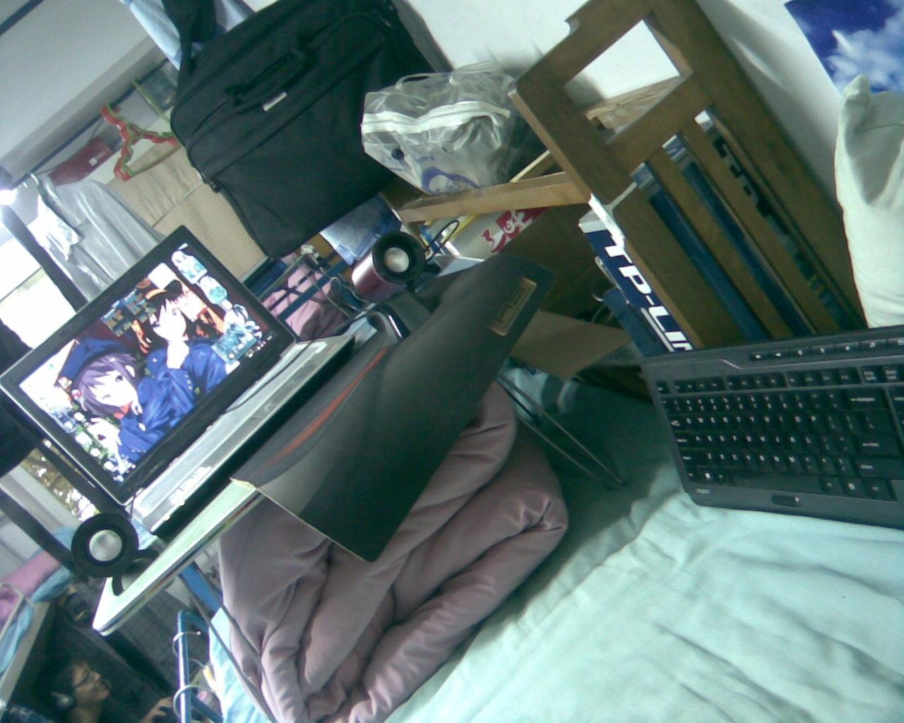 床上的电脑和电脑桌
