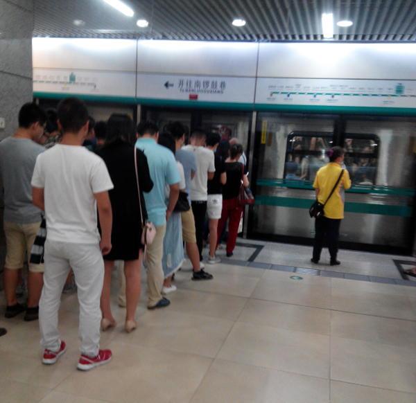 挤上地铁的,与没挤上地铁的