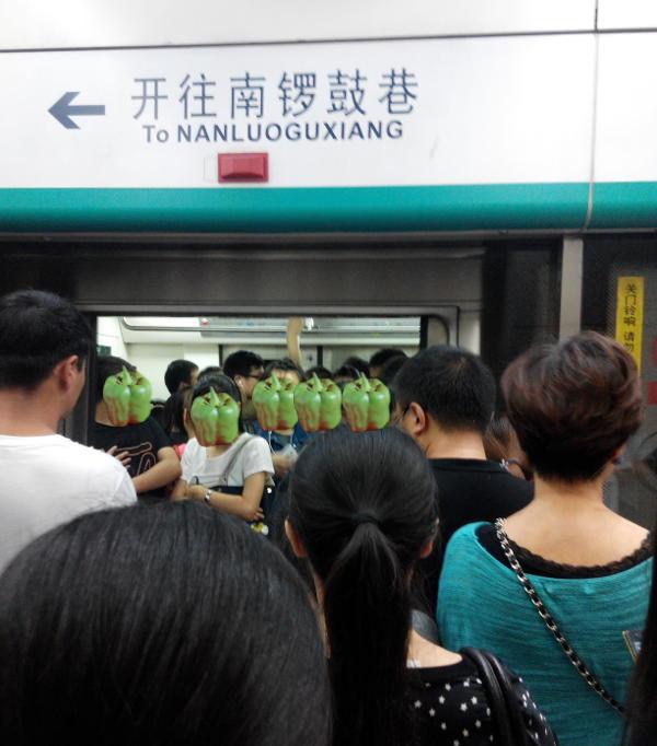 挤上地铁的和没挤上地铁的,近景